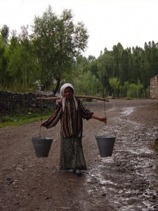Camuşlu'da Su Taşıyan kız